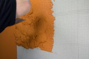 Links: Zweite Lage (Nass-in-Feucht-Technik) auf die erste Putzschicht anwerfen, bis die erforderliche Putzdicke erreicht ist