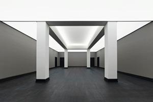 Rechts: Blick in den ersten Saal im Erdgeschoss des Altbaus<br />