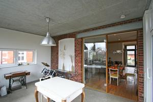 Im Anbau im Obergeschoss: Die Backsteinfassade wird zur Innenwand mit dem einstigen Fenster als weiß gestrichener Mauernische<br />Foto: Thomas Wieckhorst