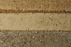 Die natürlichen Farben von Lehm reichen von schwarz bis zu dem verbreiteten erdigen Braun