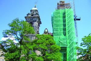 Daneben: Die Sanierungsarbeiten an der barocken Egidienkirche in der Sebalder Altstadt von Nürnberg waren insbesondere an den beiden Türmen dringend erforderlich