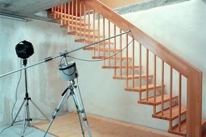 Oben links: Treppenprüfstand zur akustischen Beurteilung von Treppen<br />Daneben: Der zweikanalige Echtzeitanalysator wandelt die Prüfstand-Aufnahmen der Mikrofone in eine bewertbare Grafik um