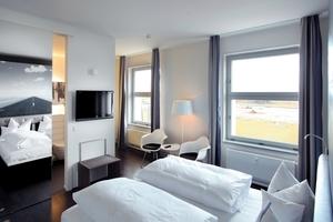 Mit großem Aufwand wurden im Hotel die Vertikalschiebefenster durch zweiflügelig versetzte Dreh-Kippfenster ersetzt, so dass von außen selbst der Fachmann keinen Unterschied erkennt
