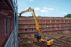 Die alten Dächer und maroden Holzdachstühle der Flügelbauten werden abgerissen<br />
