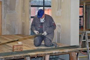 Die Montage von Leichtbaukonstruktionen aus Metallprofilen ist ein typisches Arbeitsgebiet des Trockenbaumonteurs<br />