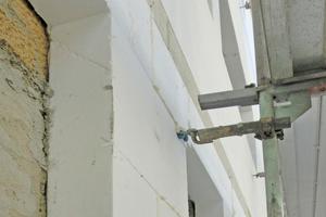Das WDVS aus Polystyrol hat durchgehende Brandschutzriegel aus Mineralwolle erhalten