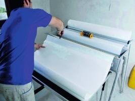Als Endbeschichtung werden auf der Innendämmung die Systexx-Tapeten schnell und einfach mit der Aqua-Technologie verarbeitet<br />Fotos: Remmers<br />
