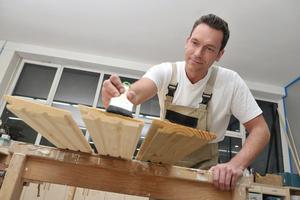 Holzbauteile können vom Maler in der Werkstatt vorgestrichen werden. Das spart Zeit und Aufwand auf der Baustelle