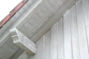 Rechts: Verschmutzte Untersicht eines Dach- überstandes