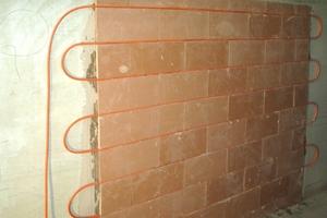 Rechts: Speziell vorgefertigte Funktionsplatten können auch als Wandheizelemente eingesetzt werden