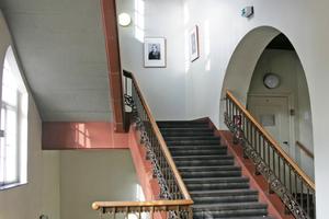 Das Treppenhaus der Fakultät Musik der UdK vor Beginn der Restaurierungsarbeiten