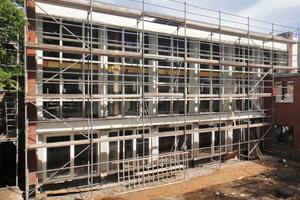 Die zur Sanierung eingerüstete Betonrasterfassade