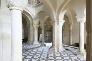 Die Kapitelle der Säulen und Pfeiler besitzen eine qualitätvolle florale und zum Teil auch figürliche Verzierung<br />
