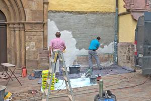 Mitarbeiter der Firma Gruber, Fassadenrestaurierung, handwerkliche Denkmalpflege-Restaurierungen, aus Extertal bringen den Sanierputz auf Fotos: Hans-Peter Beyer