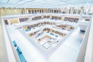 Im Lesesaal der Stadtbibliothek in Stuttgart stehen über eine halbe Million Bücher und andere Medien bereit