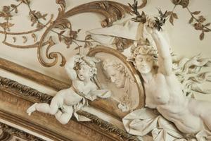 Die Schlagmetallauflagen der Stuckprofile und -ornamente erhielten eine dezent wirkende Patinierung<br />Fotos: Caparol Farben Lacke Bautenschutz / Anke Müllerklein