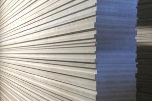 Hier besonders gut zu sehen: der Aufbau der Wand aus gestapelten Platten unterschiedlicher Dicke