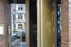 Die Eingangstür zum Restaurant wurde von Holzbau Becker & Sohn gefertigt und von einem örtlichen Unternehmen mit Messingblech bezogen