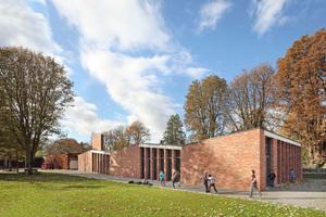 """Die Darmstädter Georg-Büchner-Schule wurde nach Plänen des Büros Opus Architekten um eine aus drei """"Häusern"""" bestehende Mensa im Stil der ursprünglichen Architektur ergänzt<br />"""