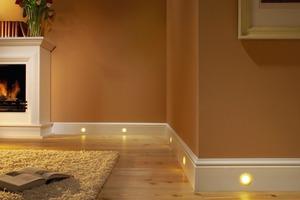 Leuchtleiste: Integrierte LED-Spots, die sich in verschiedene Sockelprofile einbauen lassen, sorgen für eine dezente Beleuchtung<br />