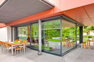 Eine Hebe-Schiebetüranlage lässt sich im Erdgeschoss über Eck zur Terrasse hin öffnen