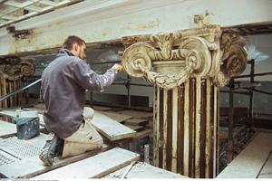 Die Stuckateure überarbeiteten die Kapitelle und die durch Einschüsse beschädigten Voluten frei Hand mit Mörtel und Gips