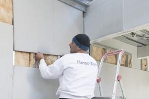 Die Powerpanel H2O Platten montierten die Handwerker als Vorsatzschale auf einer Unterkonstruktion aus Profilen mit feuchtraumgeeignetem Korrosionsschutz nach DIN EN 13964 (75 mm) und 60 mm Wärmedämmung der WLG 035