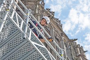 Rechts: Der handliche, modulare Gitterträger ULS Flex schafft Überbrückungen in großer Höhe