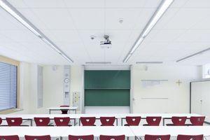 """<div class=""""99 Bildunterschrift_negativ"""">In den KIassenzimmern der St. Ursula Schule montierten die Handwerker Akustikplatten Thermatex Acoustic von Knauf AMF</div>"""