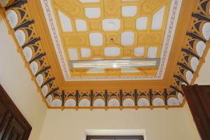 Nach historischen Vorbild wiederhergestellte Stuckdecke mit neuer Bemalung
