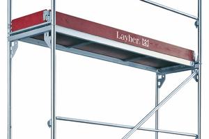 Dieses Gerüst ist arbeits- und betriebssicher dank dreiteiligem Seitenschutz aus Geländer- und Zwischenholm sowie Bordbrett