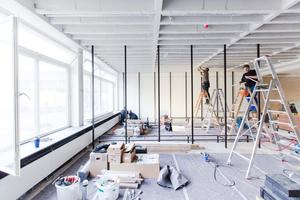 Aufbau des Bücherregals für das Buchgeschäft