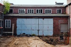 Das Tor zur großen Verladehalle vor Beginn der Sanierungs- und Umbauarbeiten<br />