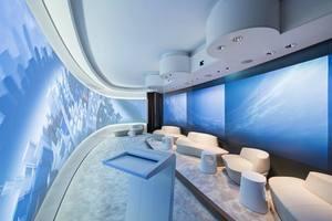 Das Ganzglas-Trennwandsystem 3400 in gebogener Ausführung verleiht dem Showroom im Microsoft Center Berlin seine futuristische Anmutung und dient zugleich als Projektionswand<br />Foto: Strähle / Ulf Büschleb