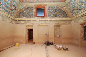 So sah der ehemalige Gebetssaal im Mansardgeschoss zu Beginn der Restaurierung aus<br />Fotos: Constance Schröder