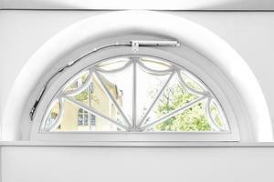 Rechts: Nach Fertigstellung sind die Rundbogenfenster nicht nur gut gedämmt sondern auch ein echter Blickfang