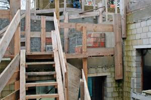 Stufe für Stufe mauerten die Handwerker mit Ziegel- und Kalksandsteinen den alten Affenfelsen komplett ein<br />