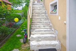 Durch intensive Nutzung und Witterungsschäden war diese 20 Jahre alte Außentreppe mittlerweile stark in Mitleidenschaft gezogen
