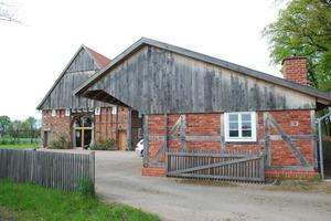Die neu errichtete Remise dient als Carport und beherbergt zudem einen Biomasse-Heizkessel Foto: Marvin Klostermeier