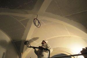 Abschleifen der Grate der in Trockenbautechnik montierten Gewölbedecken