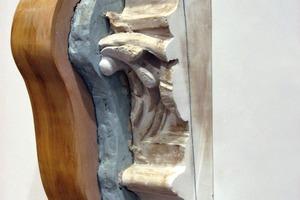 Abformen von Stuck: Urform (rechts), Silikonnegativ (Mitte) und Stützkappe (links)