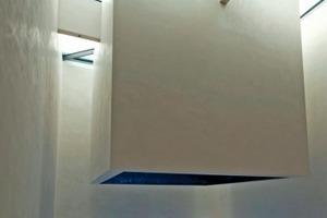"""Im Forum (Q2) wurde erst vor kurzem der  """"Raum der Stille"""" eröffnet: Ein großer quadratischer Kubus scheint hier vollkommen frei im Raum zu schweben Fotos: Ardex"""