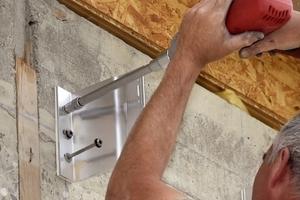 Für die thermische Entkopplung schraubten die Handwerker die Wandhalter mit Trennelementen auf das Mauerwerk<br />Fotos: Knauf Aquapanel / E. Reinsch