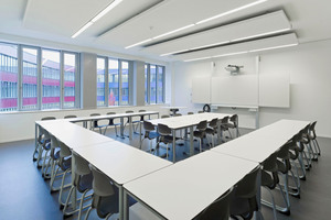 Klassenzimmer mit Akustikdecke in Segmenten
