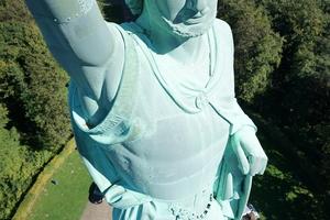 Metallskulptur des Hermann von oben gesehen