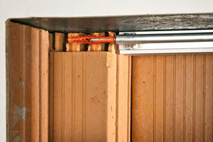 Durch die beiden Führungsrohre wird ein Dübel mit Hilfe der Befestigungsschraube ins Bohrloch geschoben...