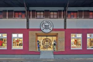 """Die """"Surfpirates"""" bieten in ihrem neu renovierten Geschäft in Kiel auf etwa 400m² Surfmaterial an⇥Fotos: Anke Müllerklein"""