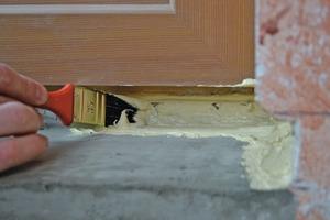 Die Dichtpaste wird mit dem Pinsel auf eine glatte, von Staub und Schmutz befreite Mauerbank aufgetragen<br /><br /><br /><br />