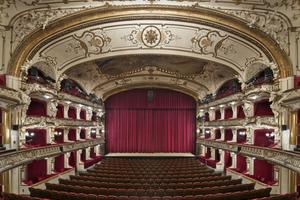 Die zentrale Ansicht vom 1. Rang auf die Bühne zeigt die ganze Pracht des großen Theatersaals des Deutschen Schauspielhauses in Hamburg
