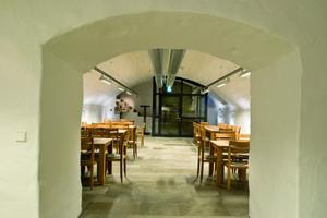Rechts unten: Blick in einen Aufenthaltsraum im Gewölbekeller